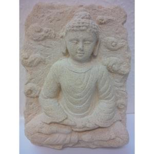Buddha aus Sandstein in heller Farbe